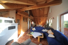 Wohnzimmer mit Kachelofen (links)