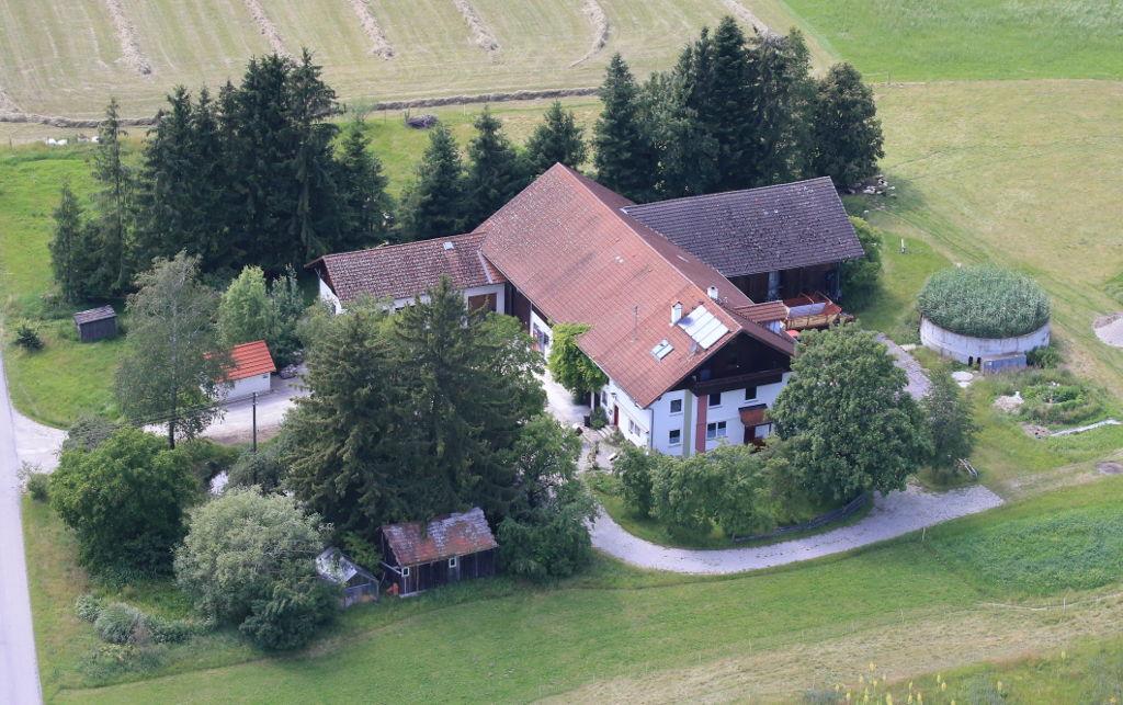 """Foto: Luftbildaufnahme des Schleiferhofs mit Ferienwohnung """"Das Kleine Paradies"""""""