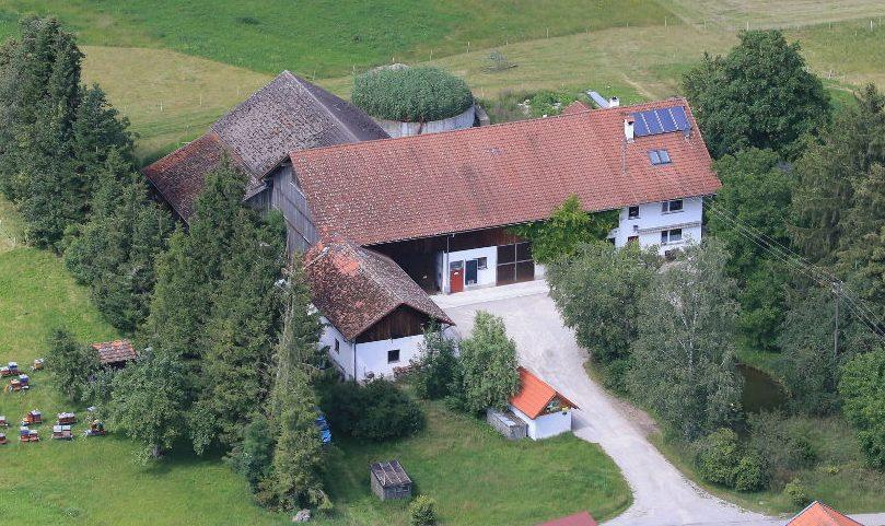 """Foto: Schleiferhof mit Ferienwohnung """"Das Kleine Paradies"""" - Nähe Landsberg / Lech - komfortabel für große Gruppen"""